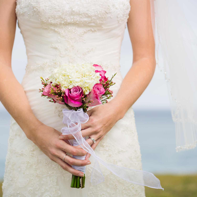 Hochzeitsfotografie - Braut mit Strauß in der Hand